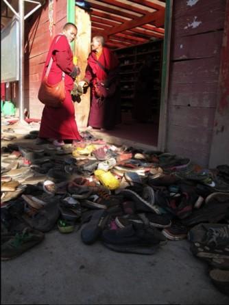 Deposito scarpe fuori dal Monastero a Seda
