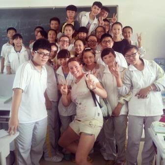 Studenti di 17 anni vestiti tutti uguali.